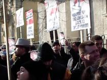 Sute de persoane au protestat in fata ambasadei fata de preluarea celor 5 copii cu tata roman de catre autoritatile norvegiene