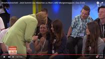 Angela Merkel o consoleaza pe fata palestiniana
