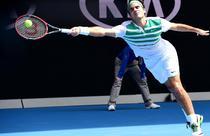 Roger Federer se intinde dupa o minge