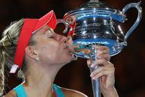 Angelique Kerber, cu trofeul de campioana de la Australian Open