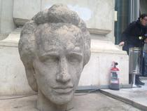 Statuie Eminescu, extinctor si scumiera