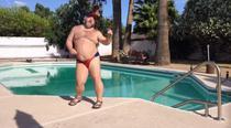 Un barbat danseaza langa o piscina