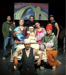 în prim plan - Ionu Toader; in planul doi: Florentina ilea, Alin Potop, Ilona Brezoianu, Aylin Cadîr; în planul trei: Ionu Niculae, George Pitereanu, Mdlin Mandin