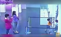 Exponat din sticla, distrus de doi copii