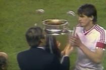 Momentul in care jucatorii Stelei primesc trofeul Cupei Campionilor Europeni