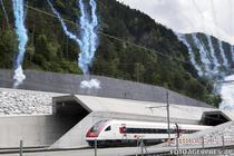 Un tren iesind din tunelul Gotthard