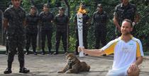 Jaguarul Juma, in timpul ceremoniei tortei olimpice