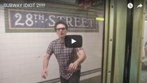 Clipul zilei - Idiotul de la metrou se intoarce