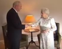 Elisabeta a II-a si Martin McGuinness