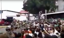 Multime de venezuelene fortand granita de foame