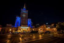 Sigla NATO proiectata pe o cladire sovietica din centrul Varsoviei