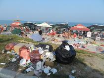 Gunoaie langa plaja la Costinesti