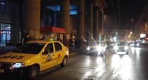 Taxiuri care asteapta in fata Garii de Nord
