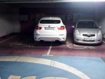 Masini la mall parcate pe locurile cu handicap