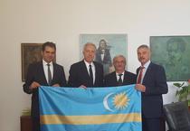 Ambasadorul Hans Klemm cu steagul secuiesc