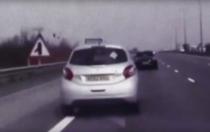 Peugeot in mers, cu o femeie lesinata la volan, oprit cu ajutorul masinii de politie