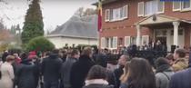 Moldovenii stau la coada pentru a vota la sectia din Bruxelles
