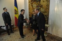 Traian Basescu si sotia sa, cetateni moldoveni