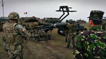 Militari romani manevrand o racheta Hawk