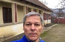Dacian Ciolos in curtea casei din Pericei