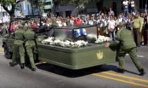 Masina cu cenusa lui Fidel Castro, impinsa de soldati