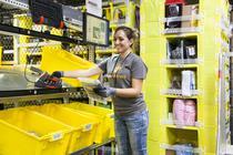 Angajata intr-un centru de distributie Amazon