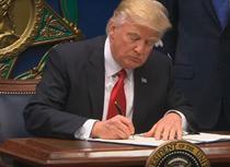 Trump semnand interdictia de intrare in SUA a cetatenilor din 7 tari