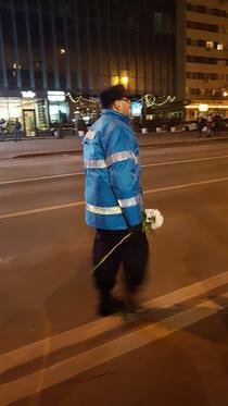 Jandarm iesean cu flori de la protestatari