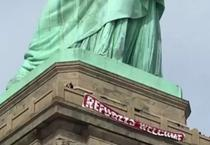Banner pe Statuia Libertatii