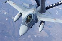 Avion F16 al RoAF alimentand in zbor