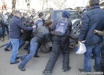 Protestatarii din Moscova incercand sa blocheze duba politiei in care a fost urcat Navalny