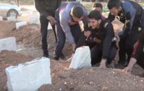 Un tanar sirian, nevoit sa-si ingroape 19 membri de familie