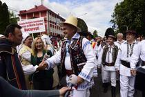 Liviu Dragnea in costum traditional