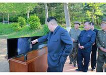 Kim Jong Un la lansarea rachetei Pukguksong 2
