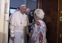 Papa Francisc a sunat la usa unor romani din Italia