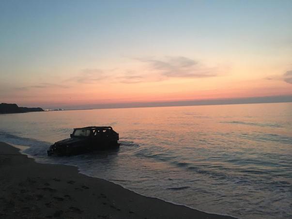Jeep Wrangler captiv in valurile involburate ale marii