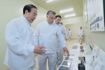 Presedintele Samsung SDI, Jun Young-hyun, si premierul Ungariei, Viktor Orban