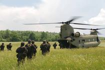 Militari polonezi urcand intr-un elicopter american Chinook in poligonul Cincu
