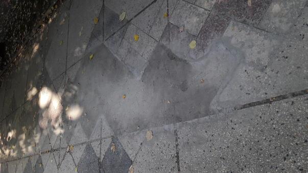 Barbarie de reparatii la trotuarul de pe Bdul Unirii (2)