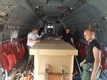 Containere cu apa incarcate in aeronava C-27J Spartan