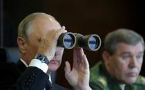 Vladimir Putin urmarind exercitiile militare Zapad