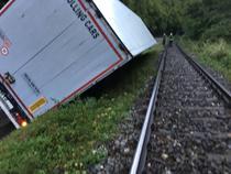 Un TIR a blocat traficul feroviar