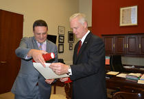 George Maior ii inmaneaza lui Ron Johnson Ordinul Steaua Romaniei
