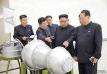 Kim Jong Un studiind o bomba cu hidrogen