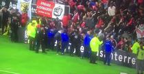 Suporteri raniti dupa ce tribuna s-a prabusit