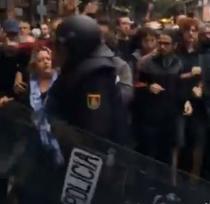 Politia spaniola intervenind dur la o scoala din Barcelona