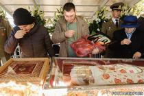 Pelerini se inchina la racla cu moastele Sfintei Parascheva
