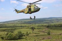 Militari ai Fortelor pentru operatii speciale, coborand dintr-un elicopter IAR 330 Puma