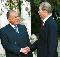 Ion Iliescu si Regele Mihai I isi strang mana (2001)
