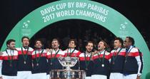 Echipa de Cupa Davis a Frantei, impreuna cu trofeul